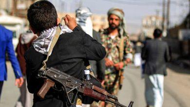 صورة الحوثي يحتجز 80 مدنياً في الحديدة لاستخدامهم دروعاً بشرية