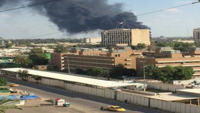صورة بعد ساعات من قصف المنطقة الخضراء.. تفجير يستهدف موكبا للسفارة البريطانية في بغداد