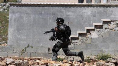صورة استشهاد فتى فلسطيني متأثرا بإصابته برصاص جيش الإحتلال