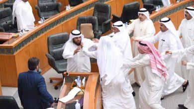صورة اشتباك بالأيدي بين نائبين تحت قبة البرلمان الكويتي